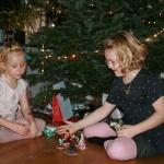 Helma och Iris tar hand om julklappsutdelningen