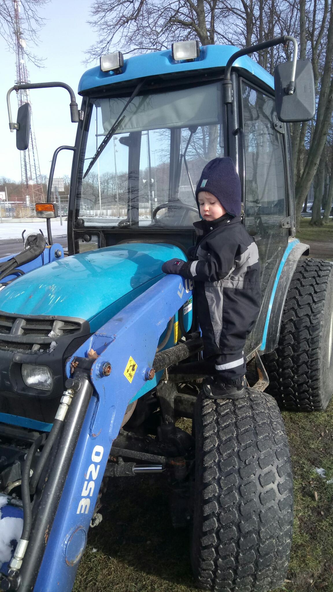 Willem står på traktorhjul